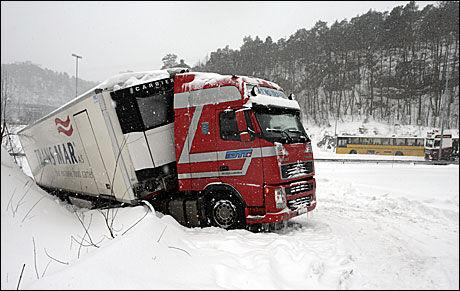 KAOS: Flere vogntog havnet i grøfta under det kraftige snøfallet på Sørlandet i fjor. Nå varsler meteorologene lignende værforhold til helgen. Foto: SCANPIX