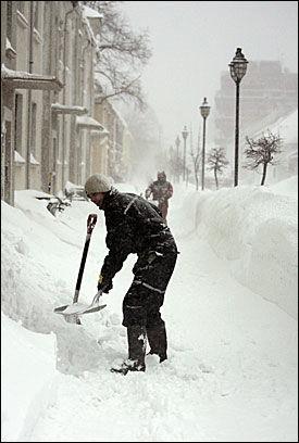 MÅTTE MÅKE: Flere måtte ut og bruke håndmakt mot de enorme snømengdene som slo innover sørlandet i fjor. Foto: SCANPIX