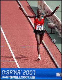 V-MESTER: Her kjemper Luke Kibet seg inn til VM-gull i sommer. Nå kjemper han for livet hjemme i Kenya. Foto: EPA