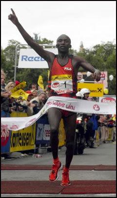 BER TIL GUD: Moses Tanui er redd, og ber Gud om hjelp. Her er han fotografert etter seieren i Wien maraton i 2002. Foto: Reuters