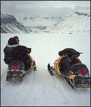 SCOOTERSAFARI: Mulighetene på Svalbard er mange. Foto: VG