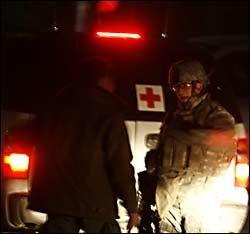 VAKT: En amerikansk soldat snakker med sikkerhetspersonell utenfor Serena Hotel i Kabul etter angrepet mandag kveld. Foto: AP