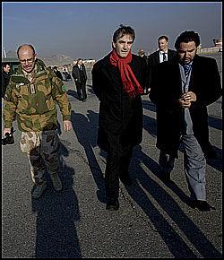 I KABUL: Utenriksminister Jonas Gahr Støre fotografert på flyplassen i Kabul i Afghanistan etter ankomsten i januar. Det var under dette besøket han opplevde Serena-angrepet på nært hold. Foto: SCANPIX