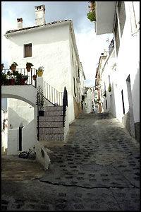NÆRMEST LABYRINTER: Mange av de små landsbyene, som her i Casares, ligner mer på labyrinter. Foto: VIBEKE MONTERO
