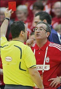 KRANGLEFANT: Lino Cervar skjelte ut de spanske dommerne og ble til slutt belønnet med rødt kort. Foto: AFP