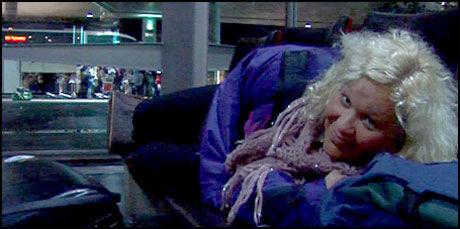 HOLDER HUMØRET OPPE: Ingeborg S. Andersen holder humøret oppe på Gardermoen. Det har ingenting med flyselskapet Norwegian å gjøre. Foto: Endre Alsaker-Nøstdahl