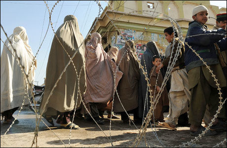 VENTER UTENFOR: Disse kvinnene venter utenfor et valglokale i Peshawar, regionen der flere valglokaler for kvinner er blitt stengt. Foto: AFP