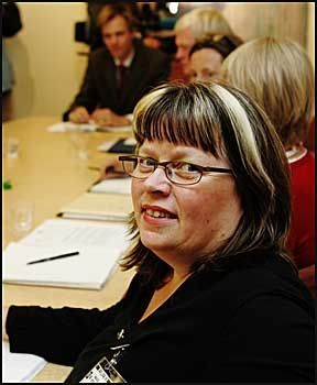 KOM MED INNSPILL: Bente Øien Hauge og Folkebevegelsen for lokalsykehusene har jobbet for å beholde fødeavdelingene i distriktene. Her i et møte med departementet i 2004. Foto: Scanpix