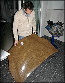 HAMP: Materialene er glassfiber og plast, men Cyril Negre tester ut mer miljøvennlig hamp. - Hamp er sterkere, lettere og renere enn glassfiber, og så fort problemene med motstandskraft for sol og regn er løst, regner jeg med at vi kan bruke naturmaterialet, sier han og legger til at for eksempel BMW allerede bruker hamp inni dørene på sine modeller. Foto: Hanne Hattrem