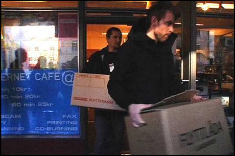 BESLAG: Her bærer politiet ut beslag fra en internettkafé i Oslo i etterkant av pågripelsene. Foto: Morten Ulekleiv Eng