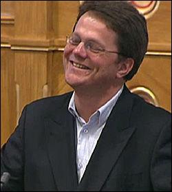 LATTERVEKKENDE: Ulf Erik Knudsen i FrP reagerte med humor på Giskes rim. Foto: Stortinget