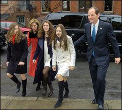MED FAMILIEN: Eliot Spitzer ankommer en gudstjeneste i Albany i fjor sammen med kona Silda Wall Spitzer og døtrene Jenna, Elyssa og Sarabeth. Foto: AP