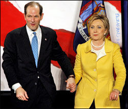 HILLARY-VENN: Eliot Spitzer var på samme valgseddel som Hillary Clinton i 2006, og feiret valgseieren hånd i hånd på valgvaken. Foto: EPA