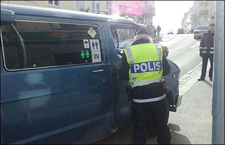 POLITIBEMANNING: Over 40 politibetjenter er på plass i Strømstad for å påse at festen går ordentlig for seg. Foto: Ingunn Andersen