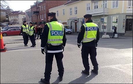 BEREDSKAP: Store politistyrker er på plass i Strømstad. Foto: Ingunn Andersen
