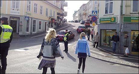 FORBLÅST: Det blåser en kald vårvind inn over harryfolket i kystbyen Strømstad, men den legger ingen stor demper på partygleden. Foto: Ingunn Andersen
