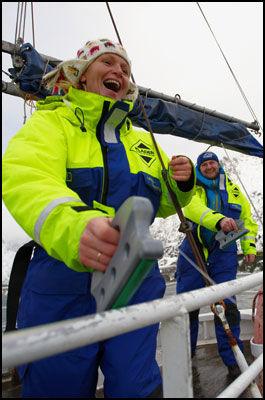 FANGST: Det er både friskt og eksotisk å være fisker for en dag på Lofothavet. Her har Gry Bæra og Ola Skjeseth hatt fiskelykken med seg. Foto: Bjørn Erik Rygg Lunde.