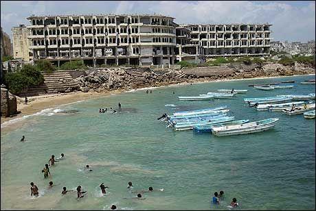FORLATTE: Somaliske barn får ha stranden foran de utbombede hotellene i Mogadishu alene. Foto: AFP