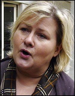 TAR IKKE SELVKRITIKK: Erna Solberg mener asylsøknaden var en utenrikspolitisk sak. Foto: SCANPIX