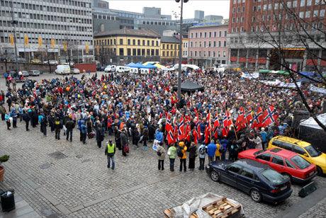 TUSENER: Demonstrantene var møtt fram i tusentall på Yongstorget. Foto: Aleksander Vallestad
