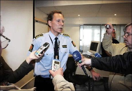 - UTSTRAKT VIRKSOMHET: - Dette dokumenterer at det foregår en utstrakt prostitusjonsvirksomhet i Trondheim, sier politiinspektør Terje Lunde ved Sentrum politistasjon i Trondheim. Foto: Scanpix