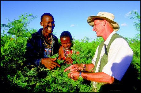 TREPLANTING: Basecamp Explorers leder i Kenya, Lars Lindkvist (t.h.) er her i gang med å plante trær sammen med to av de ansatte i Basecamp Masai Mara. Foto: BASECAMP EXPLORER.