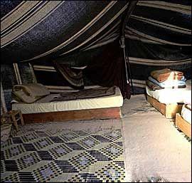 SOVETELT: Teltene har senger med myke madrasser, matter og sand på gulvet, og etter hvert en god del sand i sengene også. Foto: Terje Bringedal
