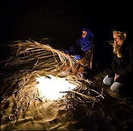 VARMER: Bålet av palmeblader varmer godt. Når mørket senker seg, faller temperaturen raskt i ørkenen. Foto: Terje Bringedal