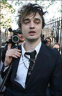 ENDELIG UTE: Pete Doherty ble møtt av et stort pressekorps da han forlot fengselet i London i dag. Foto: AP