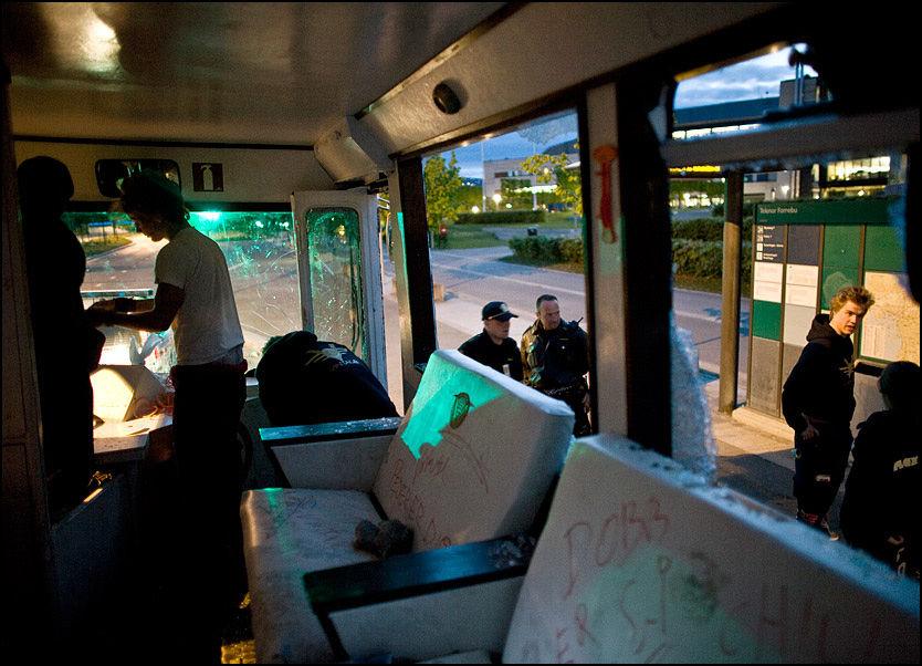 RAMPONERT: Alle vinduene i bussen er knust, etter at en gjeng rivaliserende russ skal ha gått til angrep. Torsdag begynner arbeidet med å sette bussen i stand igjen. Foto: Kristian Helgesen Foto:
