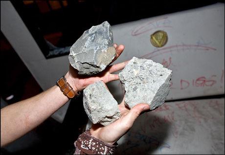 VÅPEN: Disse steinene lå igjen inne i russebussen etter sammenstøtet med den rivaliserende gjengen. Foto: Kristian Helgesen Foto: