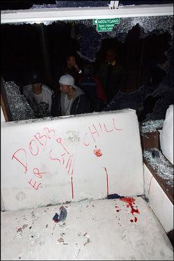 BLODIG: Bussen er tydelig merket av å ha møtt en ublid gjeng natt til torsdag. Foto: Kristian Helgesen