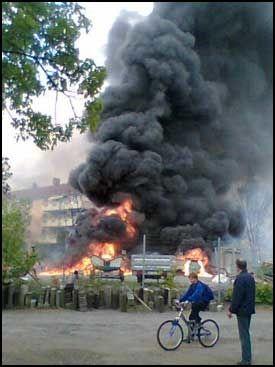 KRITISK: Ifølge VG Netts reporter på stedet så det kritisk ut for flere av husene i nærheten av brannen. Foto: Amund Bakke Foss