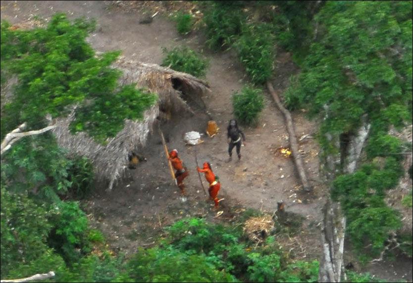 UKJENT STAMME: Denne indianerstammen har levd isolert i regnskogen fra storsamfunnet på grensen mellom Peru og Brasil. Foto: AP