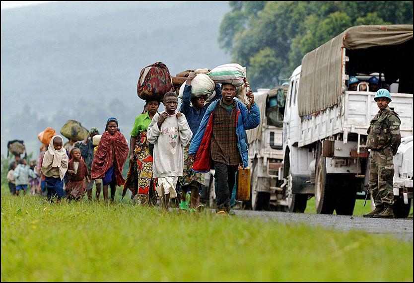 FLYKTER FRA BORGERKRIGEN: En kolonne med flyktninger passerer FN-soldater i Kibumba i DR Kongo i oktober i fjor. Det er hele 1,4 millioner internflyktninger i landet, men bare 54 personer fant veien til Norge for å søke asyl. Foto: AFP