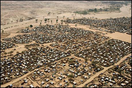 FLYKTNINGBY: Den enorme flyktningleiren Kassab, nord i Darfur-provinsen i Sudan fotografert fra helikopter i mars i fjor. Ifølge Flyktninghjelpen er det seks millioner internflyktninger i Sudan. Foto: AP