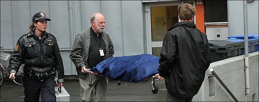 DRAP: Mandag morgen ble den døde kvinnen i 20-årene båret ut fra Anker studentboliger hvor hun ble funnet død.Foto: Svein Gustav Wilhelmsen