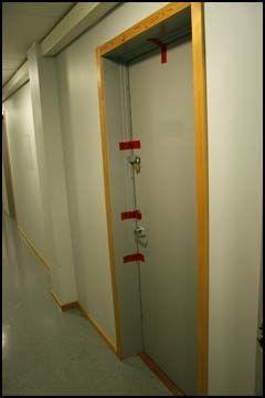 ÅSTEDET: Bak denne døren ble den 19 år gamle skoleeleven funnet drept. Nå er ektemannen etterlyst for drapet over hele verden. Foto: Dennis Ravndal