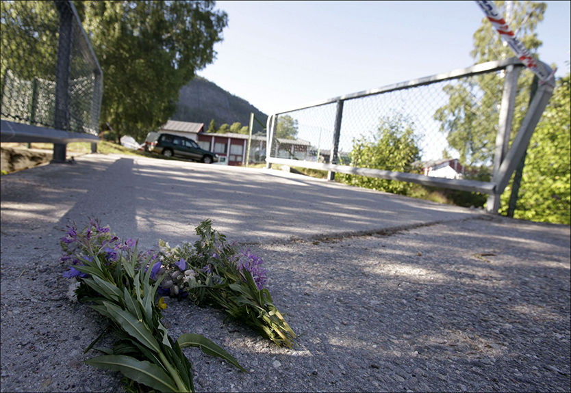 HER BLE HUN DREPT: Blomster er lagt ned ved skolen i Bygland, der en 31 år gammel småbarnsmor onsdag ble drept av sin eksmann. Nå er også parets 16 år gamle sønn siktet for medvirkning til drapet. Foto: Tor Erik Schrøder/Scanpix