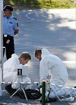 ETTERFORSKER DRAPET: Kriminalteknikere jobbet onsdag kveld ved skolen i Bygland der kvinnen ble drept samme ettermiddag. Foto: Tor Erik Schrøder/Scanpix