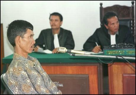 SERIEMORDER: Den selverklærte trollmannen Ahmad Suradji i rettssaken 27.april 1998. Han ble dømt til døden for 42 rituelle drap i Lubukpakam, 1400 kilometer nordvest for Jakarta. Henrettelsen ble gjennomført ved skyting i forrige uke. Foto: AP