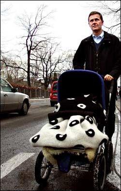 TRILLER: Miljø- og utviklingsminister Erik Solheim er stolt over å tilhøre en generasjon som kan trille barnevogn uten å miste sin mannlige sikkerhet. Foto: Fredrik Solstad