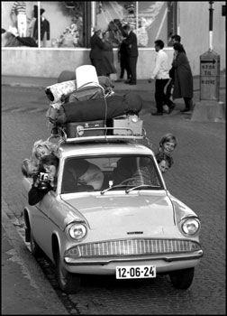 BILFERIE: Spania og Øst-Europa hadde de gunstigste drivstoffprisene i juli. Her er en familie på tur i 1960. Foto: Scanpix