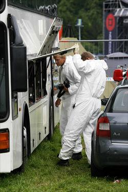 UNDERSØKTE BUSSEN: Kriminalteknikere undersøkte lørdag kveld bussen de ti forulykkede oppholdt seg i. Foto: Tor Erik Schrøder/Scanpix