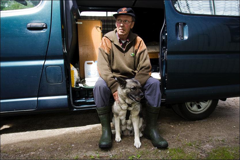VIL SKYTE: Bjrøn Linskov (68) fra Norges Grunneierforening vil lære rendølene hvordan de kan skyte ulv i nødverge. I utrykningsbilen sin har han sengebrisk, proviant, turutstyr, våpen og bur til elghunden Freia. Foto: Lars Erik Skrefsrud