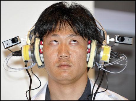 SENSORER: Flere sensorer oppfatter bevegelsen i øynene og lar disse styre musikkspilleren. Foto: AFP