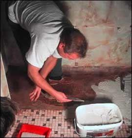 RISIKABELT: Å legge membran på badet selv er ikke uttrykkelig forbudt. Men det er vanskelig, og konsekvensene blir store hvis du gjør feil. Overlat det til et firma (som ikke går konkurs i reklamasjonstiden)! Foto: Scanpix