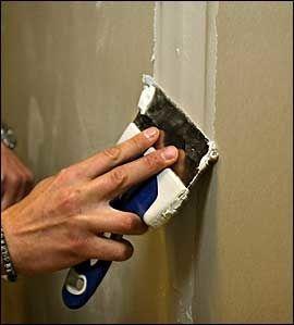 VANSKELIG: Helsparkling av store veggflater krever en egen teknikk. Det vil nesten helt sikkert lønne seg for deg å jobbe litt ekstra i din vanlige jobb, og få profesjonell hjelp til sparklingen. Foto: Eivind Griffith Brænde