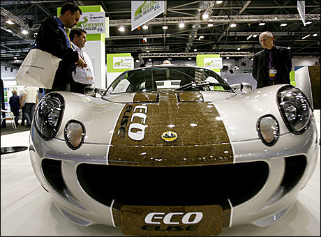 MER MILJØ: Lotus satser på miljø-utvikling. Her er Lotus Eco på bilutstillingen i London i sommer. Bilen oppsto som et resirkuleringsprosjekt fra de ansatte, og er laget av resirkulert aluminium fra 1.700 brusbokser og 25 prosetn av bilen re laget i hamp fra Norfolk. Bilen har solceller som gir kraft til elsystemet. Foto: Reuters