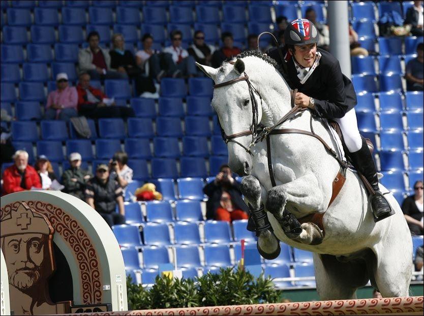 SISTE HINDER: Tony Andre Hansen og hesten Camiro ble fradømt OL-bronsen i første instans. Nå venter de på avgjørelsen i ankesaken. Foto: AP